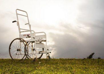 כיסא גלגלים בשטח פתוח