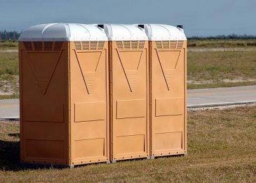 שירותים ניידים בשדה פתוח